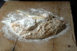 Bruk slikkepotten til å brette deigen flere ganger. Foto: Lise von Krogh.