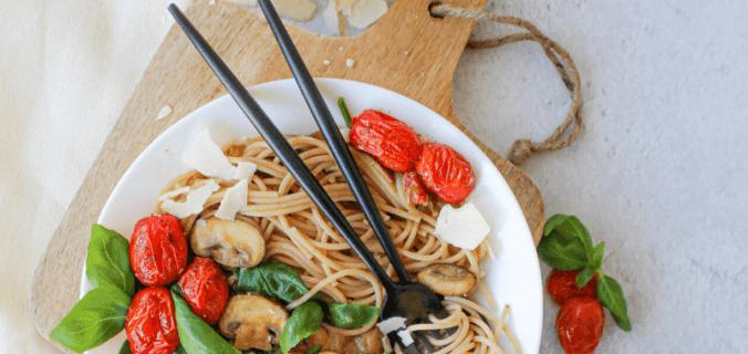 Pasta met champignonsaus en spinazie