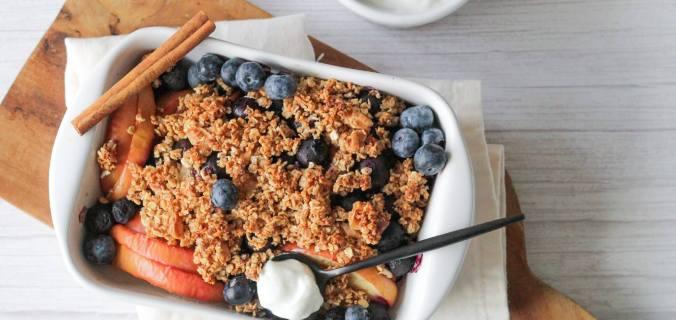 Appel en blauwe bessen ontbijt crumble