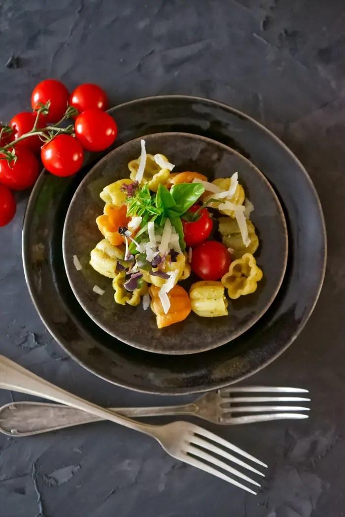 Calice Tricolor mit Basilikum und Cherry-Tomaten