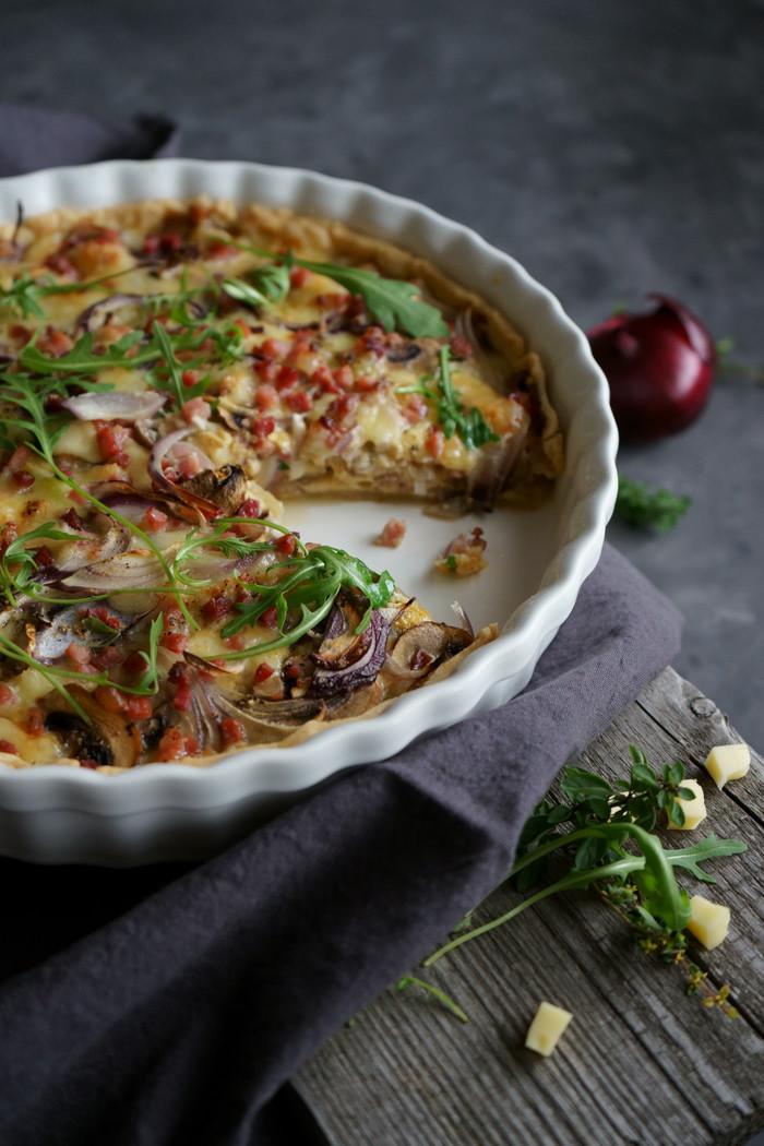 Champignon Quiche mit roten Zwiebeln und Speck