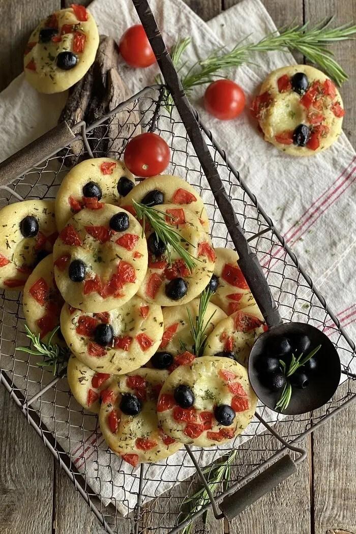 20 Mini Focaccia mit Tomaten, Mozzarella und Oliven