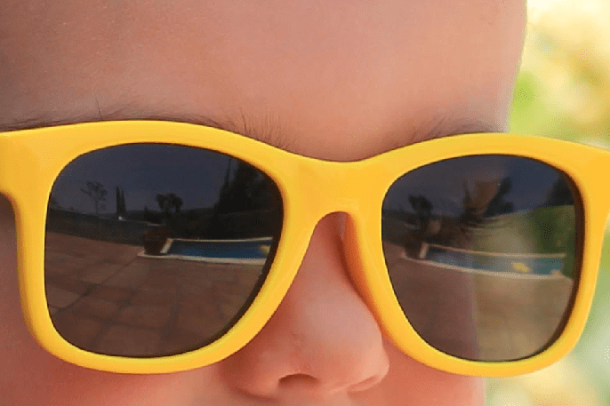 Usar gafas de sol infantiles