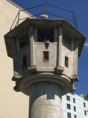 Antiga torre de vigilância do muro de Berlim