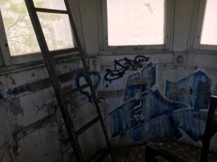 Dentro da antiga torre de vigilância do Muro de Berlim