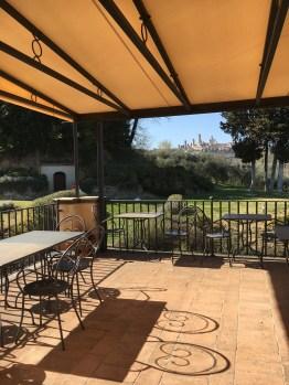 Guardastelle - cidade de San Gimignano no fundo