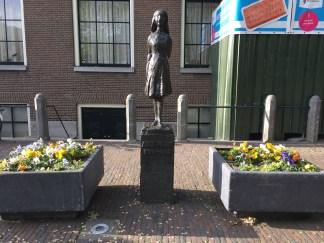 Escultura em homenagem à Anne Frank