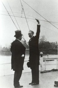 Theodore Roosevelt in discussion with Gifford Pinchot in 1907