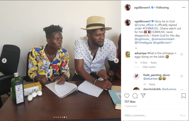 ListenGH Ogidi Brown signs new artiste, makes him swear with 1 Schnapp and eggs to prevent ungratefulness (photo)