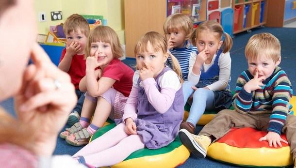 3bb4b718fe Alumnos acuden en pijama al colegio por los niños que crecen sin ...