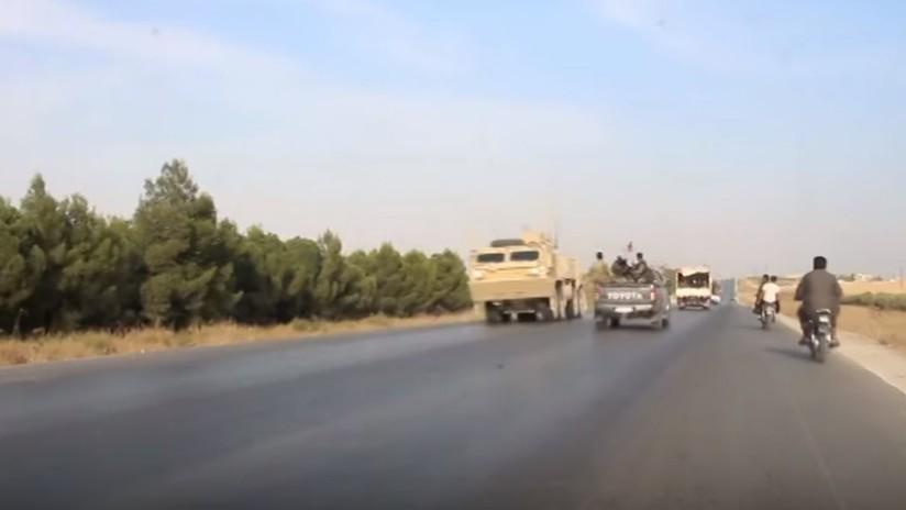 Tropas estadounidenses en retirada se cruzan con unidades militares sirias en una carretera
