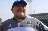 Maradona seguirá como técnico de Gimnasia tras la ratificación del presidente