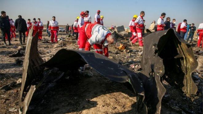 """Accidente del Boeing 737-800: 3 fallos que llevaron a Irán a derribar """"por error"""" el avión de Ukraine International"""