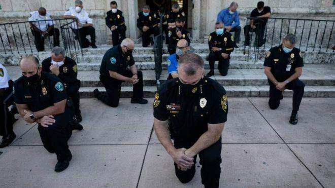 Muerte de George Floyd: los inéditos gestos de solidaridad de algunos policías con los manifestantes por la muerte de George Floyd en EE.UU.