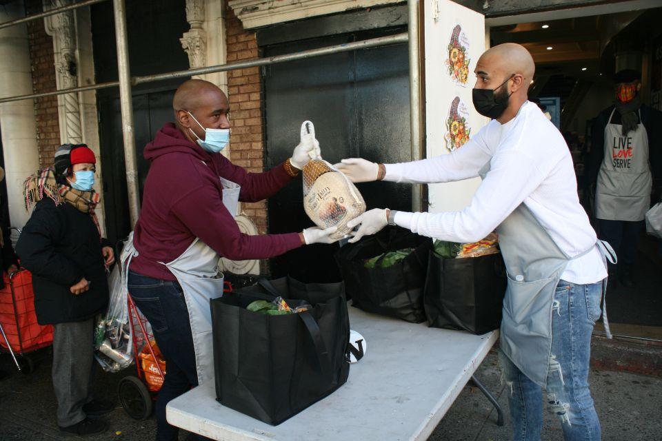 La pandemia del COVID-19 también muestra el lado más solidario de NYC en vísperas de 'Thanksgiving'