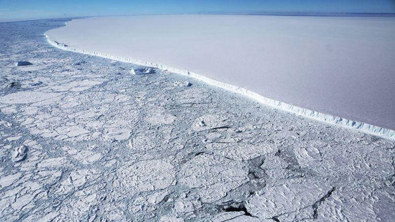 Cómo es A68a, el iceberg más grande del mundo (y por qué amenaza una de las mayores reservas naturales el planeta)