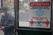 """Jefe CDC: vienen """"meses difíciles en la historia de la salud pública"""" de EE.UU con hasta 450,000 muertos, pero pide abrir escuelas de Nueva York"""