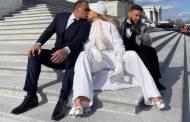 El beso que sí le dio Alex Rodríguez a Jennifer López en las escalinatas del Capitolio.