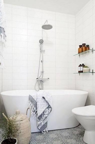 idée décoration salle de bain - une petite salle de bain déco avec ... - Salle De Bain Avec Baignoire Ilot
