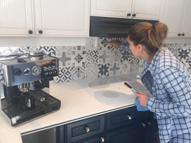 Idée Relooking Cuisine Peindre Carrelage Mural Avec Des Pochoirs - Carreau de ciment mural cuisine pour idees de deco de cuisine