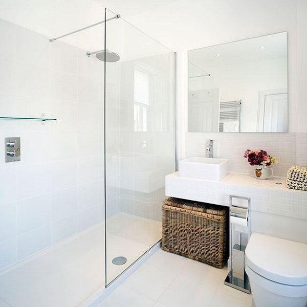 idée décoration salle de bain - une petite salle de bain blanche ... - Salle De Bains Blanche