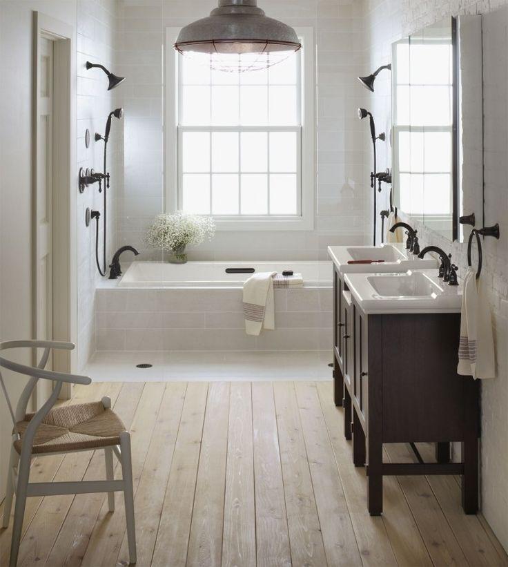 Idée décoration Salle de bain salle de bains vintage avec carrealge blanc, plancher en bois et  # Planche Bois Salle De Bain