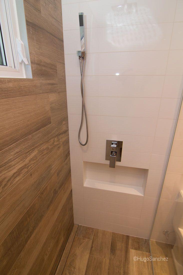 id e d coration salle de bain niche de douche centr e sur le mur leading. Black Bedroom Furniture Sets. Home Design Ideas