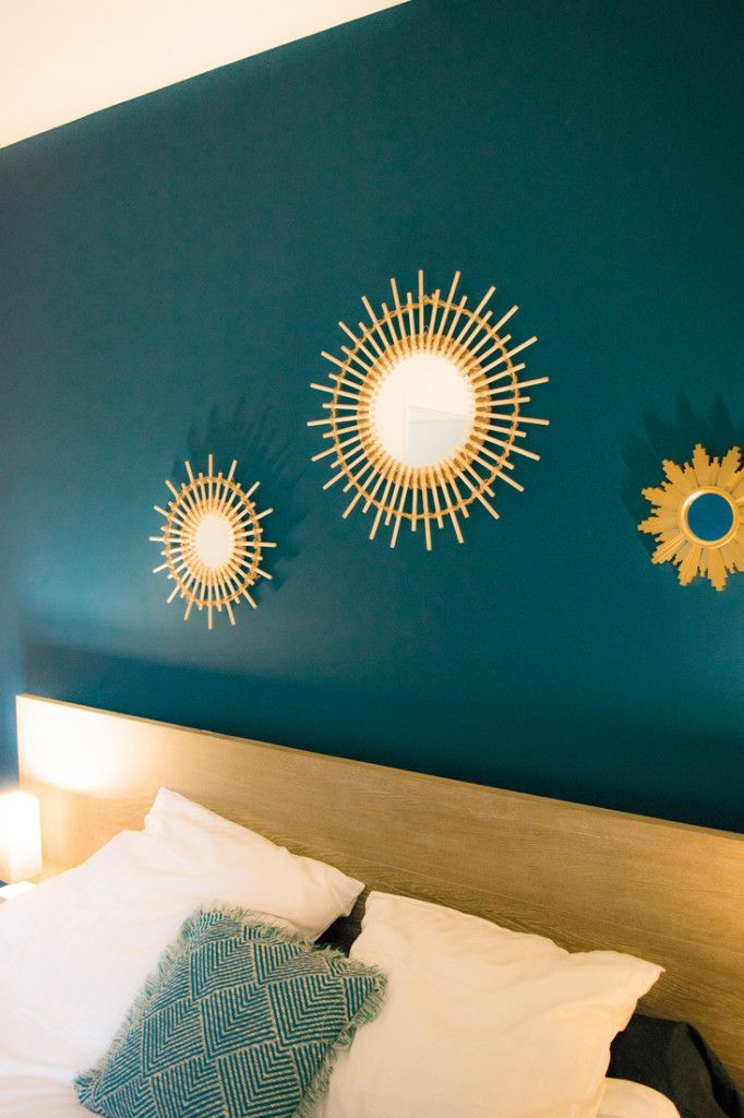 Dco Salon  tete de lit peinture bleu canard chambre miroir soleil bois et dor coussin ble