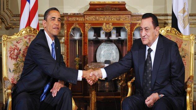 US President Barack Obama (L) shakes han