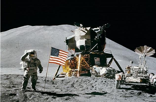 768px-Apollo_15_flag,_rover,_LM,_Irwin