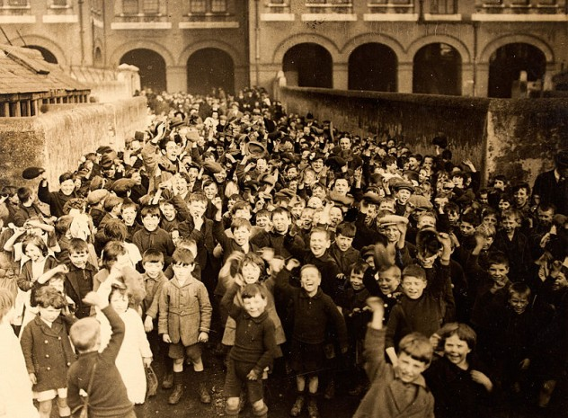 800px-Childrens_Party,_Dublin,_1920s_(5786204856)