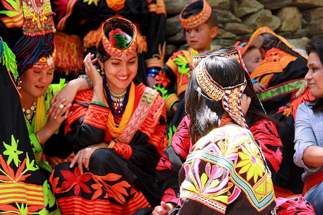 800px-Kalash_women_traditional_clothing