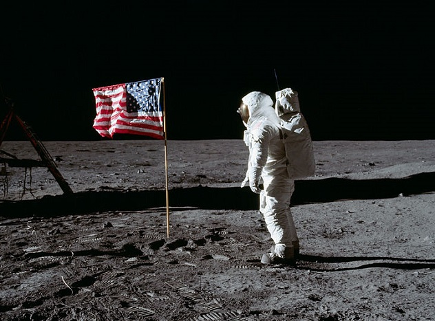 Buzz_Aldrin_and_the_U.S._flag_on_the_Moon_-_GPN-2001-000012