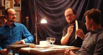 Autor, Bühnenbildner, Künstler, Kurator ... und tausenderlei mehr: Tommi Brem (Mitte) im Gespräch mit den Literalotto-Meistern Rasmus Schöll (rechts) und Florian L. Arnold (links).