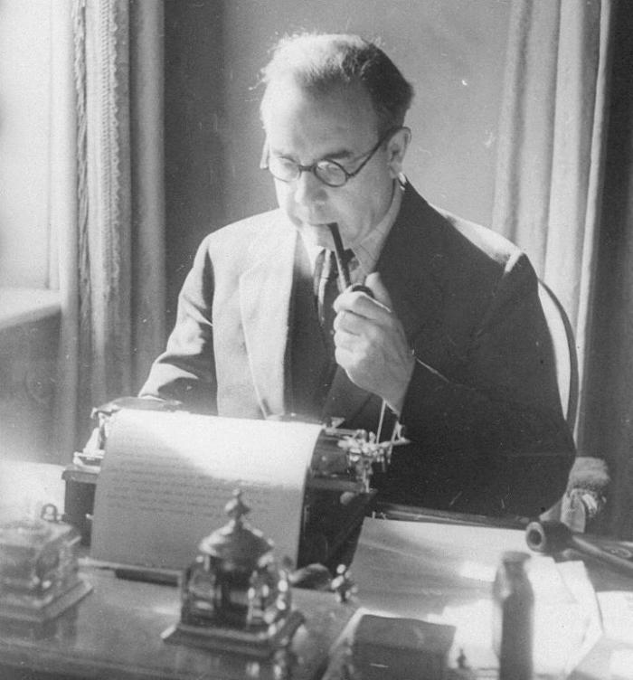 PRI21_8_31-Priestley-at-his-typewriter,-National-Hotel,-Moscow,-1945-crcr-720x773