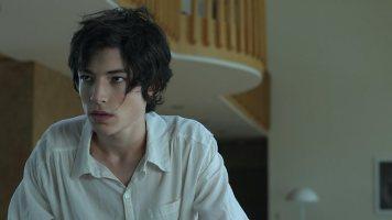 Ezra Miller interpreta Kevin durante a adolescência