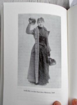 Nellie Bly in ihrem Reisekleid für die Weltreise