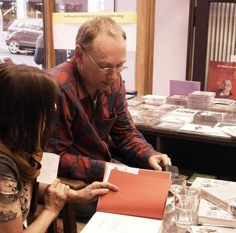 """Thomas Brandt signiert sein Buch """"Gedächtnis der Dinge"""" in Ulm."""