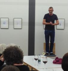 TEX RUBINOWITZ eröffnete die Literaturwoche Ulm 2015 in den Räumen der Museumsgesellschaft - nicht als übliche Lesung, sondern als veritable Performance mit hohem Unterhaltungsfaktor. (Foto: Wiltschek, Jastram)