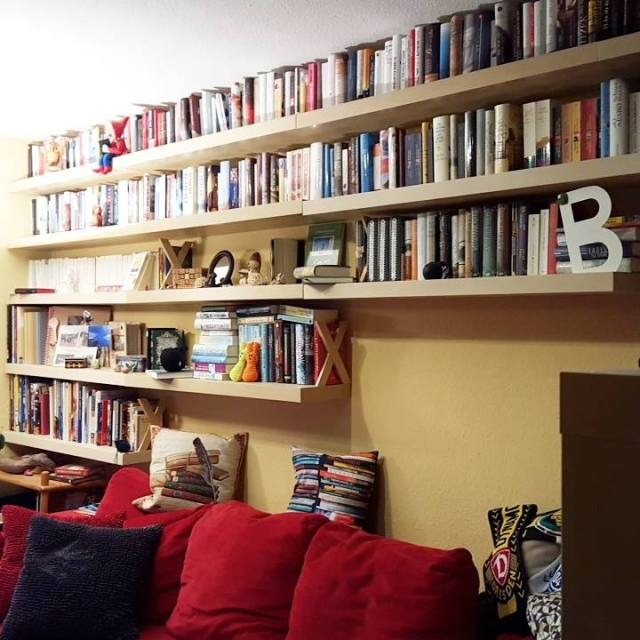 Bücherwand im Wohnzimmer