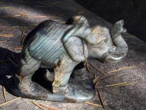 Sculpture en pierre de labradorite d'un éléphant