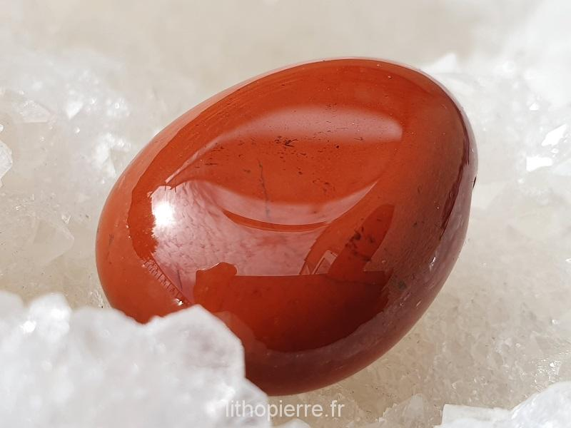 Jaspe rouge sur géode de cristal