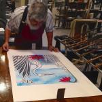 Ernst Hanke granskar en litografi av Amalia Årfelt