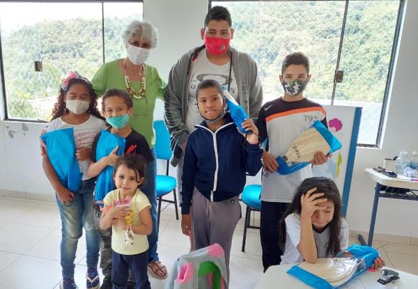 Alunos de comunidade tradicional de Ilhabela recebem presente de Dia das Crianças