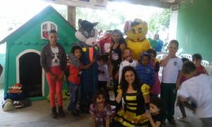 Crianças da Vila Santa Maria comemorando o Natal, que nesse caso chegou mais cedo trazendo um pouco de alento a eles
