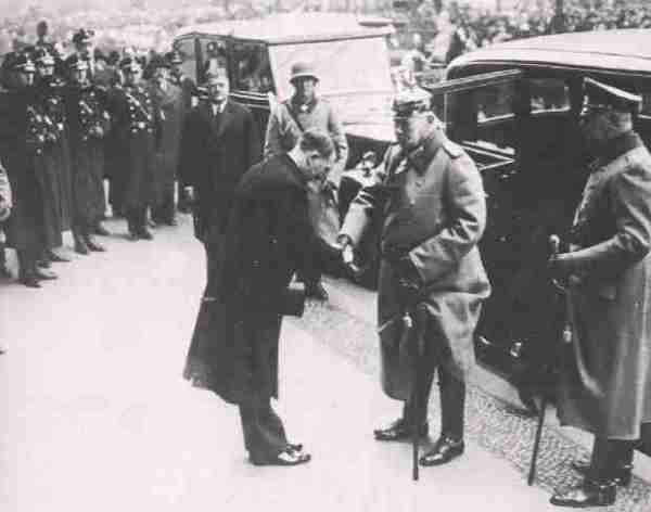 Гитлер и Гинденбург. Мейснер на заднем плане
