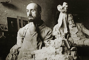 Скульптор Леонид Шервуд в мастерской