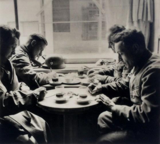 Немецкие солдаты пишут письма на Родину