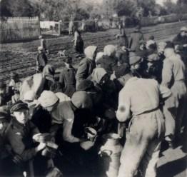Немецкие добровольцы раздают питание населению Варшавы