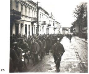 Бесконечные колонны польских военнопленных проходят по польским городам